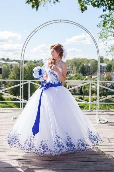 Белое платье с вышивкой синей